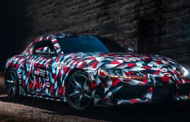 Toyota представила предварительную версию Supra, покрытую тонкой камуфляжной пленкой, и описала некоторые технические характеристики спортивного автомобиля с передним мотором.